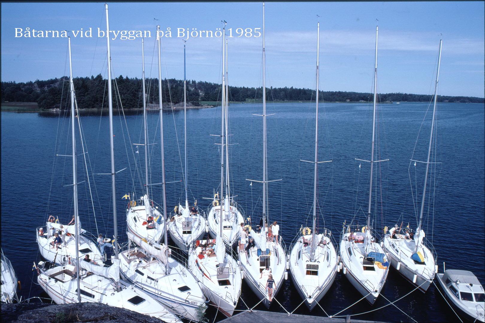 85-131 Båtarna vid bryggan på Björnö
