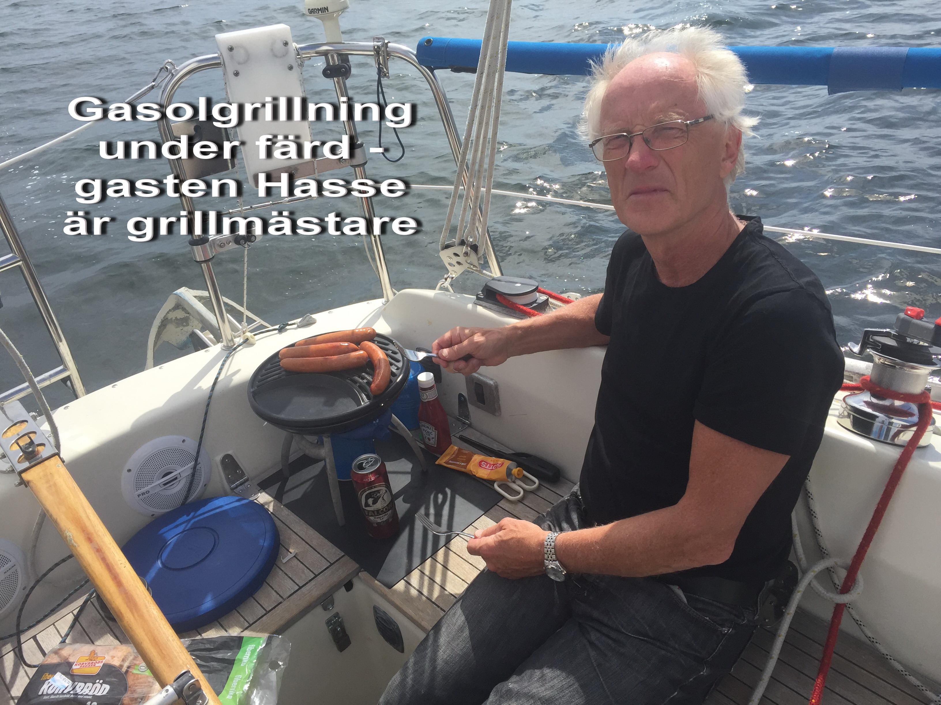 Jan Jonsson 3 Gasolgrillning i sittbrunnen under färd - gasten Hasse är grillmästare - med text